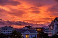 Beau coucher du soleil orange pourpre au-dessus de la ville photographie stock libre de droits