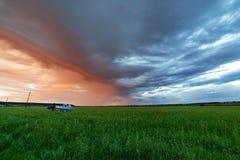 Beau coucher du soleil ou lever de soleil au-dessus de champ vert images stock