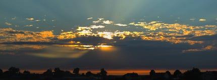 Beau coucher du soleil panoramical au-dessus de la ville de sommeil Image libre de droits