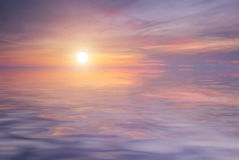 Beau coucher du soleil pourpré sur la mer Photographie stock libre de droits