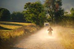 Beau coucher du soleil, poussière et motos Photos libres de droits