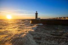 Beau coucher du soleil près du phare sur la côte atlantique de Porto Photos libres de droits