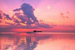 Coucher du soleil de Rose au-dessus de mer Photo stock