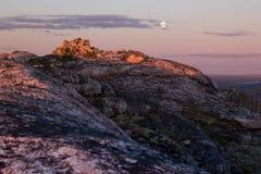 Beau coucher du soleil rose doux au-dessus de roche avec la pleine lune Photo stock