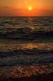 Beau coucher du soleil rouge-foncé au-dessus de la mer Images libres de droits
