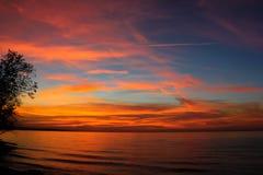 Beau coucher du soleil rouge sur un grand lac Photo libre de droits