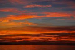 Beau coucher du soleil rouge sur un grand lac Image stock