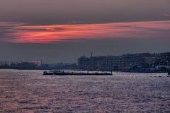 Beau coucher du soleil scénique coloré sur la mer de Rome en Lido di Ostia Photo stock