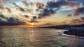 Beau coucher du soleil scénique coloré sur la mer de Rome en Lido di Ostia Image stock
