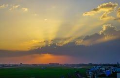 Beau coucher du soleil sur l'aéroport civil photographie stock