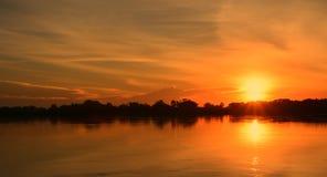 Beau coucher du soleil sur la berge Photos libres de droits