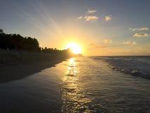 Beau coucher du soleil sur la côte atlantique du Cuba Vue d'océan image libre de droits