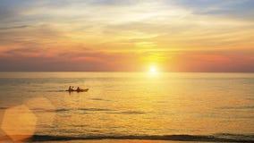 Beau coucher du soleil sur la côte par temps calme nature Images libres de droits