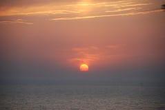 Beau coucher du soleil sur la mer Photos libres de droits