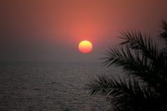 Beau coucher du soleil sur la mer dans un pays tropical Le soleil place derrière l'horizon en mer Photos stock