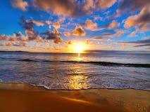 Beau coucher du soleil sur la plage Photos stock