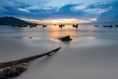 Beau coucher du soleil sur la plage Images stock