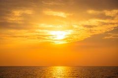 Beau coucher du soleil sur la plage et la mer Photographie stock libre de droits