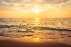 Beau coucher du soleil sur la plage et la mer Photographie stock