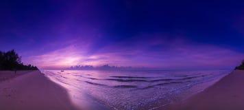 Beau coucher du soleil sur la plage Violet Sky avec le bateau à voile Image libre de droits