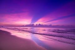 Beau coucher du soleil sur la plage Violet Sky avec le bateau à voile Photographie stock