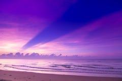 Beau coucher du soleil sur la plage Violet Sky avec le bateau à voile Images stock