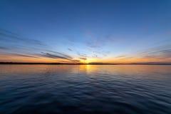 Beau coucher du soleil sur la rivière photo stock