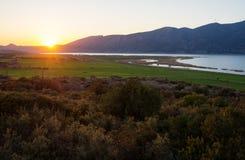 Beau coucher du soleil sur le lac en Grèce photo libre de droits