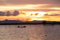 Beau coucher du soleil sur le lac la de Tha au Vietnam Photo libre de droits