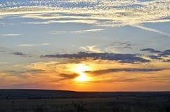 Beau coucher du soleil sur le vilage roumain, Dobrogea photo libre de droits
