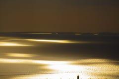 Beau coucher du soleil sur un bord de la mer Image libre de droits