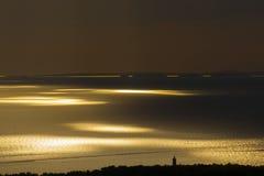 Beau coucher du soleil sur un bord de la mer Photo stock