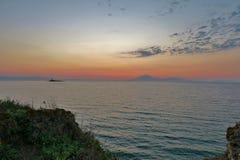 Beau coucher du soleil sur une des îles en Grèce photos stock