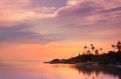 Beau coucher du soleil sur une plage tropicale en Thaïlande Photos stock