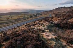 Beau coucher du soleil tôt de ressort dans le secteur maximal au bord de Stanage près de Hathersage, Derbyshire - mars 2019 photo libre de droits