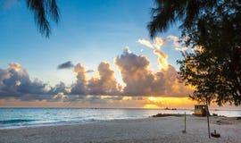 Beau coucher du soleil tropical de plage d'île Image libre de droits