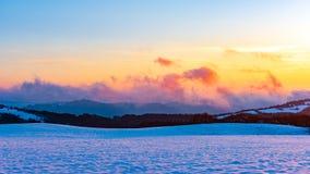 Beau coucher du soleil vibrant stupéfiant d'hiver en montagnes image libre de droits