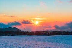 Beau coucher du soleil vibrant stupéfiant d'hiver en montagnes photographie stock libre de droits