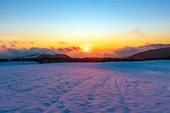 Beau coucher du soleil vibrant stupéfiant d'hiver en montagnes photographie stock