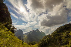 Beau couldy avec le paysage de montagne Images stock