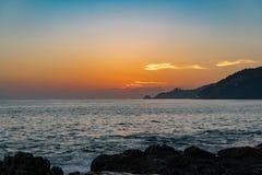 Beau couleur et coucher du soleil ou lever de soleil coloré de lumière au-dessus de tropique Images stock