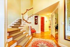 Beau couloir à la maison de luxe d'entrée avec le grand staurcase et Image libre de droits