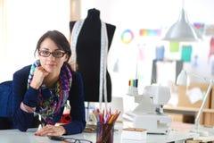 Beau couturier s'asseyant au bureau dans le studio Images libres de droits