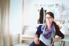 Beau couturier s'asseyant au bureau dans le studio Image stock