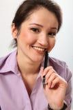 Beau crayon lecteur de fixation asiatique de femme d'affaires Photographie stock libre de droits