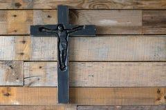 Beau crucifix en bois noir sur le pl en bois naturel minable Images libres de droits