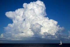 Beau cumulus au-dessus d'océan image libre de droits