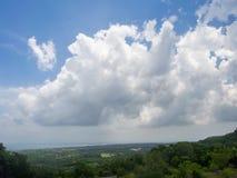Beau, cumulus dans le ciel bleu images libres de droits