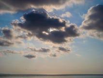 Beau, cumulus dans le ciel bleu image stock