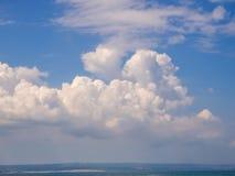 Beau, cumulus dans le ciel bleu photo libre de droits